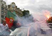 幻灯:葡萄牙狂胜朝鲜 葡萄牙人巴黎点烟雾庆祝