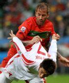 图文:葡萄牙7-0大胜朝鲜 安英学争抢