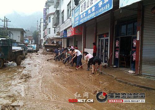 (10时30分左右,路面已清除上百车淤泥。)