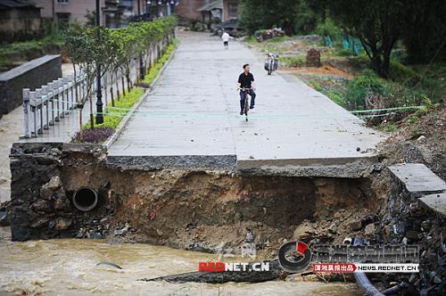 (桂东县阳河电厂附近被洪水冲毁的道路。图 潇湘晨报滚动新闻记者 秦楼)