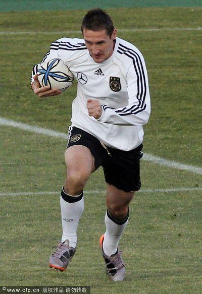 图文:德国队训练轻松备战 克洛泽抱着球
