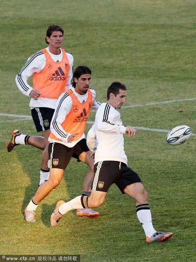 图文:德国队训练轻松备战 克洛泽飞奔