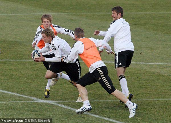 图文:德国队训练轻松备战 你争我夺
