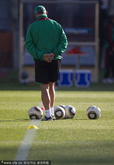 图文:墨西哥队积极训练备战 教练的背影