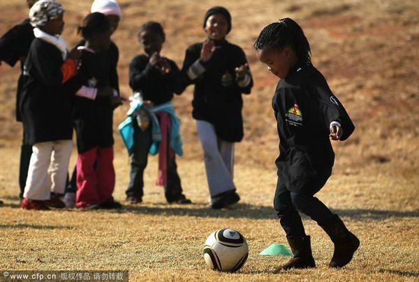 儿童享受足球快乐