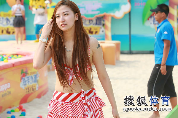 图文:沙滩秀发节美女云集美女轻抚美女v图文胸海洋来的图片