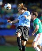 图文:墨西哥VS乌拉圭 弗兰头球争顶