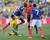 图文:法国南非生死战 皮纳尔在比赛中拼抢
