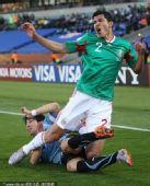 幻灯:墨西哥VS乌拉圭 罗德里格斯遭凶狠飞铲