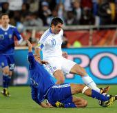 图文:小组赛希腊VS阿根廷 贝隆倒地放铲