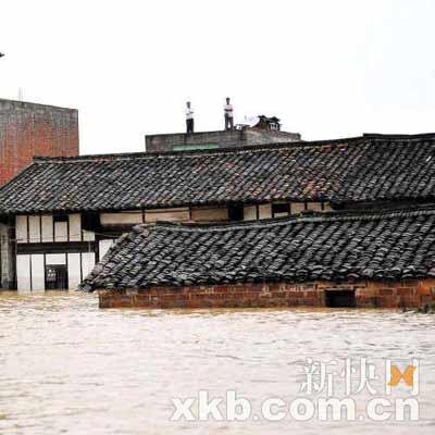 ■水淹村庄,村民站在屋顶等待救援。
