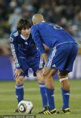 幻灯:希腊VS阿根廷梅西讨教贝隆 两光头很抢眼