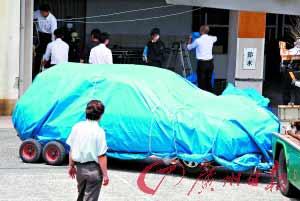 22日,警察在调查疑凶用来刻意撞人的汽车。