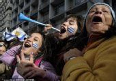 幻灯:乌拉圭队顺利闯入16强 国内球迷兴奋不已