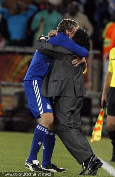 马拉多纳与队员拥抱