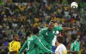 图文:尼日利亚2-2韩国 朴周永与希图争抢头球