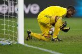 图文:尼日利亚2-2韩国 门将恩耶马接球险脱手