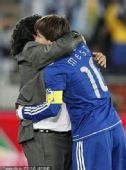 幻灯:阿根廷队庆祝晋级16强 马拉多纳拥抱梅西