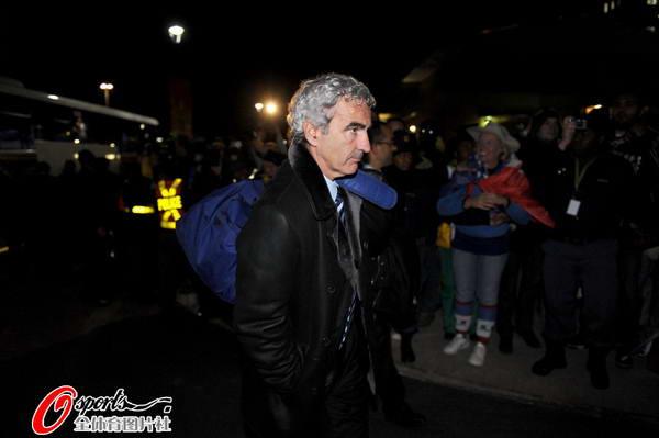 图文:法国队黯然离开南非  多梅内克表情严肃