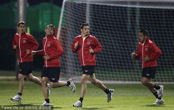 图文:智利积极训练备战末轮 热身训练