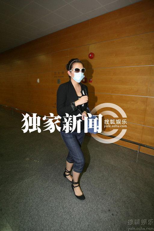 赵薇低调地出现在上海浦东机场