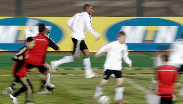 图文:德国队积极备战末轮 跑动练习