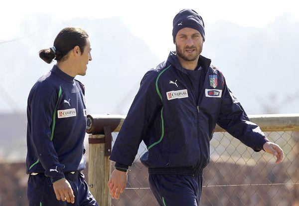 图文:意大利队积极备战生死战 德罗西戴着帽子