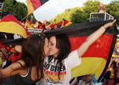 高清图:万人齐聚为德国助威 美女球迷互吻庆祝