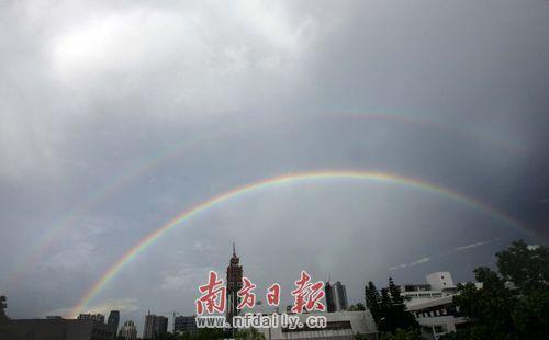 天空出现那一道彩虹_在昨天下午6时,天空夕阳如锦,一道美丽的双彩虹腾空而起,顿时引来了无