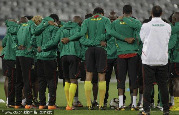 图文:喀麦隆备战小组赛末轮 球员们众志成城
