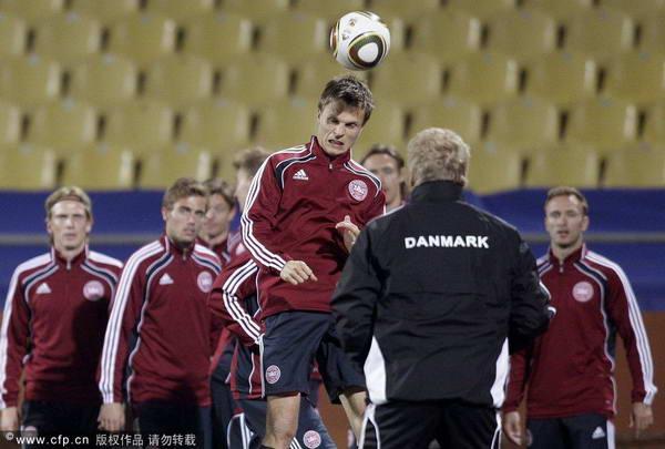 图文:丹麦备战小组赛末轮 球员紧张备战