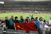 南非世界杯之旅――在比赛现场高举国旗合影