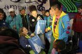 南非世界杯之旅――孙楠给小朋友发放礼物
