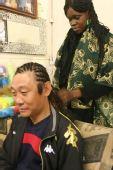 南非世界杯之旅――高峰让黑人朋友给他编辫子