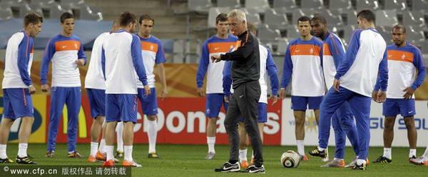 图文:荷兰备战小组赛末轮 荷兰队准备训练