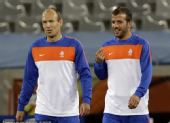 图文:荷兰备战小组赛末轮 鲁本与队友心情好