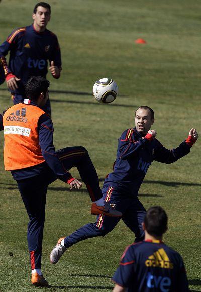 图文:西班牙队积极备战 伊涅斯塔和队友练习