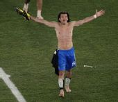 幻灯:巴拉圭获小组第一出线 巴尔德斯裸身庆祝