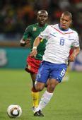 图文:荷兰对阵喀麦隆 德容带球进攻