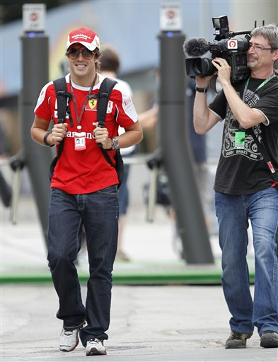 图文:F1车手现身欧洲站 阿隆索背包现身