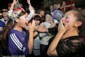 幻灯:日本本土球迷庆祝球队晋级 美女挥洒激情
