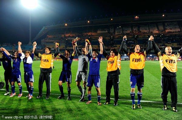 日本队员感谢球迷