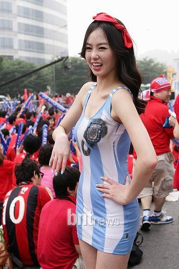 阿根廷队服上印有脚印
