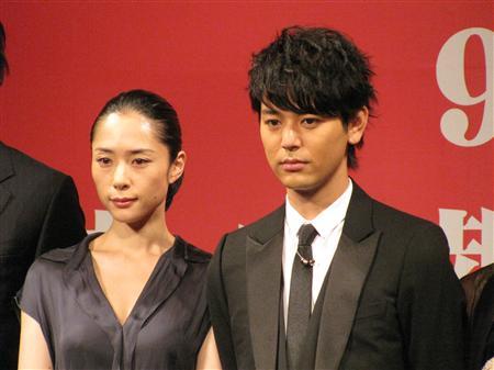 妻夫木聪(右一)