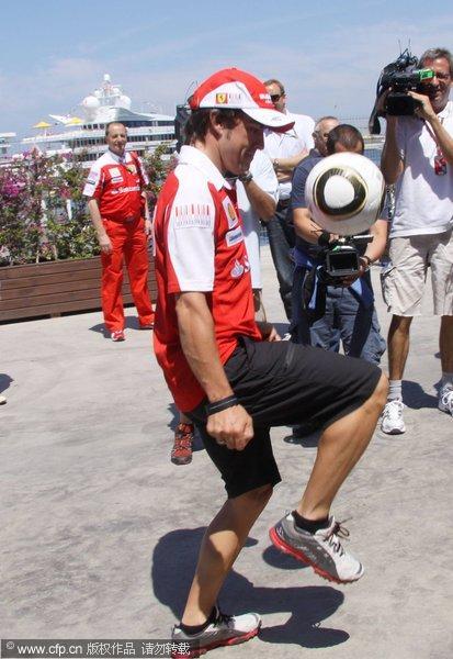 图文:F1明星味世界杯疯狂 阿隆索足球功夫不错