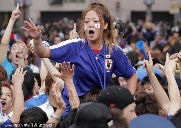 日本美女球迷欢呼
