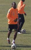 幻灯:科特迪瓦队备战 头号球星德罗巴积极训练
