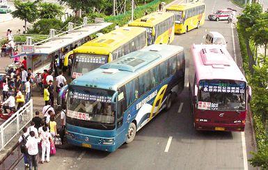 冒牌车打起868路公交的招牌,围堵公交站台