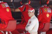 图文:F1欧洲站第二次练习 马萨在指挥台旁