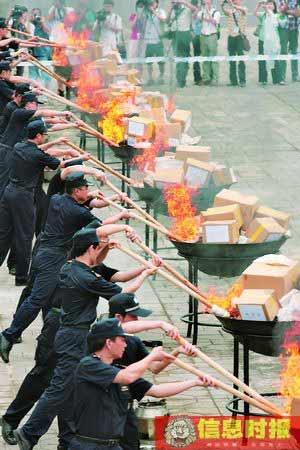 缴获来的毒品(时政2)被海关关员投到焚烧炉中销毁。信息时报记者 任传富 摄